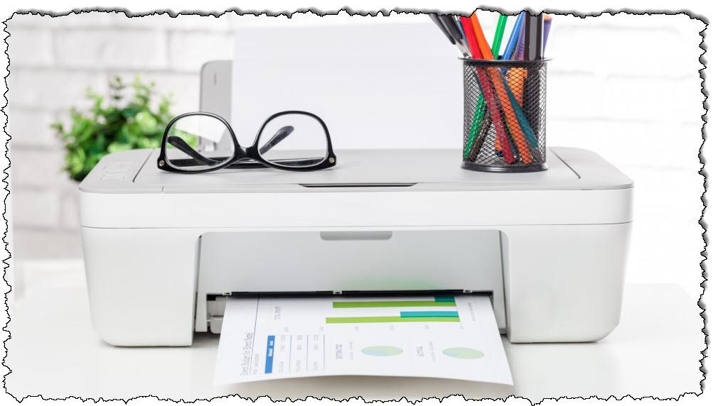 الطابعة على المكتب وعليها أوراق وأكواب وأدوات كتابة