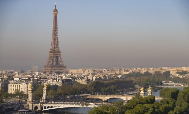 طعنت سيدتان فرنسا في برج إيفل في هجوم عنصري على ما يبدو