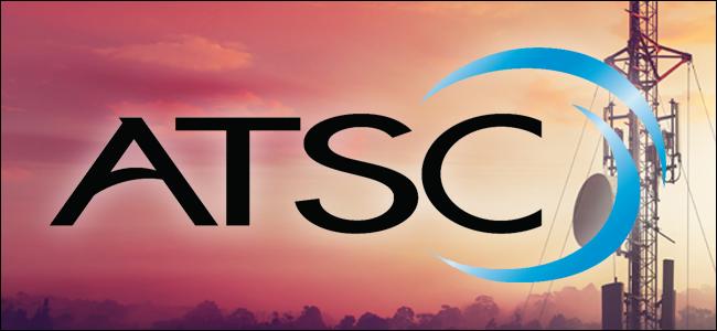 يتم تثبيت شعار ATSC على برج البث.