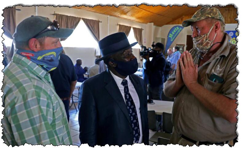 يظهر عصبية المتهم بقتل مزرعة في جنوب إفريقيا أمام المحكمة