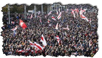 صورة على الرغم من أن الشرطة هددت بفتح النار ، لا يزال هناك الآلاف من البيلاروسيين يسيرون في أوروبا