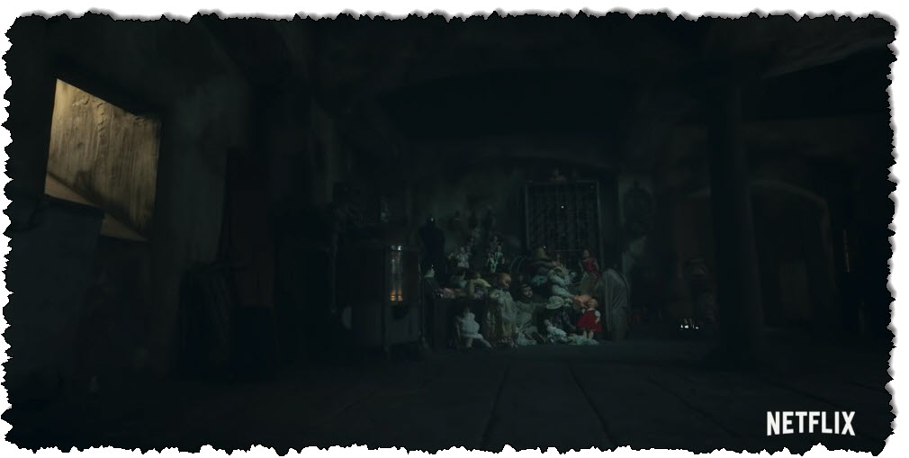 مجموعة من الدمى القديمة في العلية المظلمة