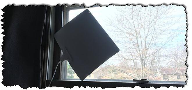 هوائي التلفزيون على النافذة