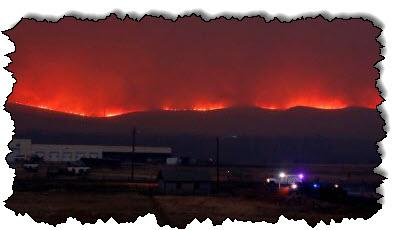 صورة حرائق الغابات في كولورادو التي حطمت الرقم القياسي تفرض المزيد من عمليات الإجلاء من الولايات المتحدة وكندا