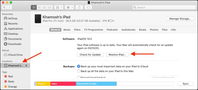 """انقر على جهازك في الشريط الجانبي ، واضغط على خيارات ، ثم انقر فوق """"قم باستعادة جهاز iPad."""""""