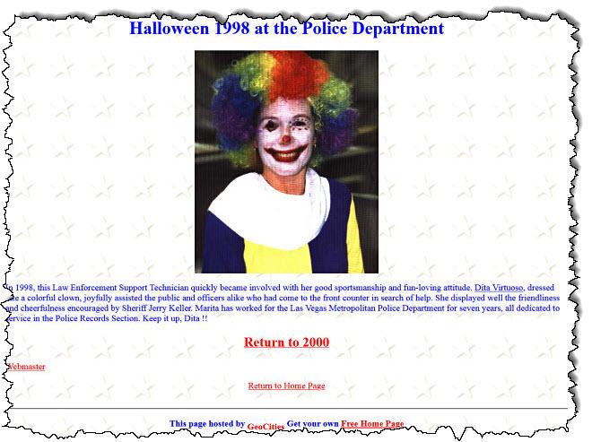 تحديث على الموقع الإلكتروني لقسم الشرطة أحد الموظفين يرتدي زي الهالوين.