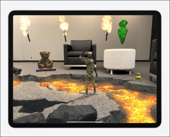 ألعاب وشخصيات ومشاهد افتراضية في تجربة الواقع المعزز على iPad Pro.