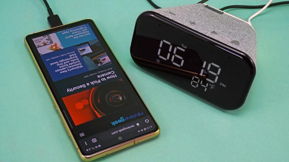 Lenovo Smart Clock Essential مع هاتف محمول