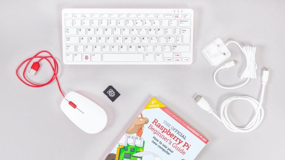 Raspberry Pi 400 بالإضافة إلى ماوس وسيارة microSD وكابل micro HDMI ومصدر طاقة ودليل للمبتدئين.