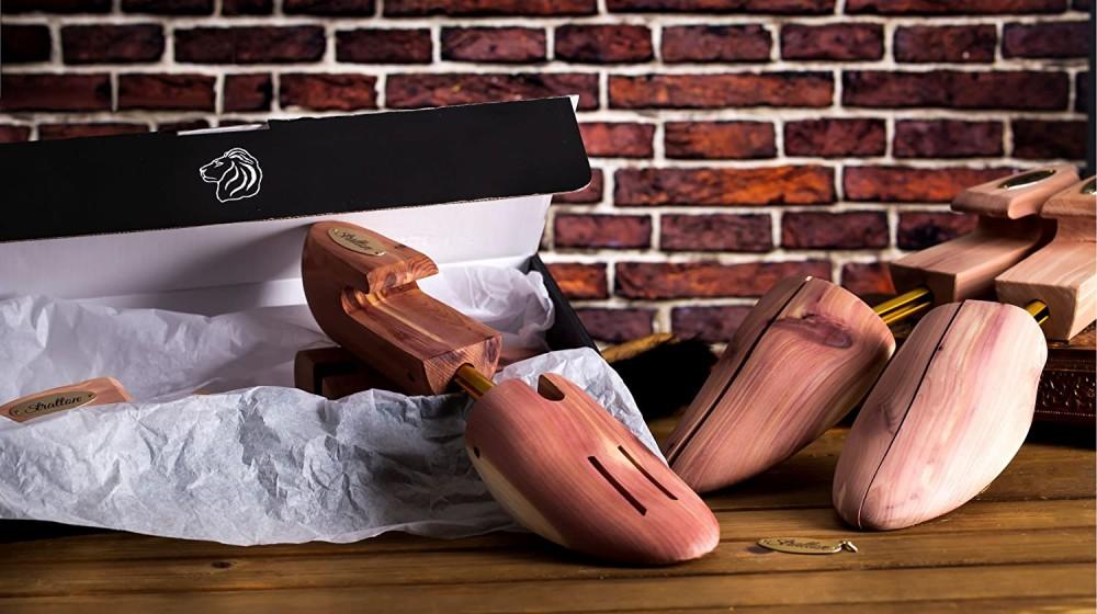 بعض أشجار أحذية ستراتون من خشب الأرز ، تعتمد على طاولة عمل خشبية.
