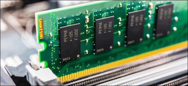 توجد ذاكرة الوصول العشوائي مع وحدة مكشوفة في فتحة ذاكرة الوصول العشوائي باللوحة الأم.