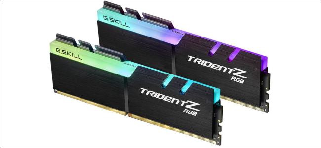 اثنان من G.Skill Trident-Z RAM مع مصابيح RGB LED مدمجة في الأعلى.