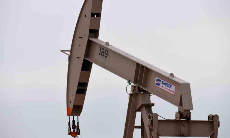 أعيد افتتاح مصفاة نفط تكساس بعد تجميد شديد ، وارتفعت أسعار النفط وانخفضت أخبار الأعمال والاقتصاد المختلطة