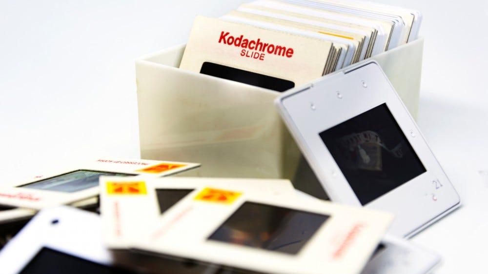 تم تناثر مجموعة من شرائح ماركة Kodachrome على الطاولة في صناديق بلاستيكية منذ السبعينيات
