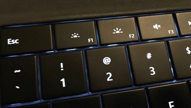 الصف الأول من مفاتيح السطوع على لوحة مفاتيح Microsoft Surface.