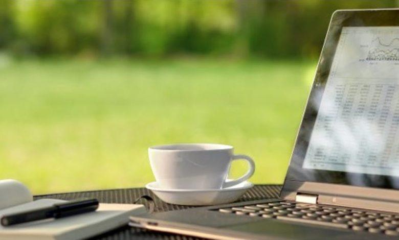 كيفية ضبط سطوع شاشة الكمبيوتر يدويًا وتلقائيًا