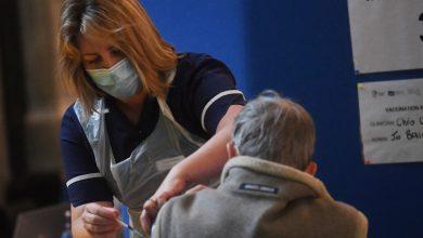 صورة بريطانيا تسرع طرح اللقاح بإجراءات إغلاق خففت من أنباء جائحة فيروس كورونا