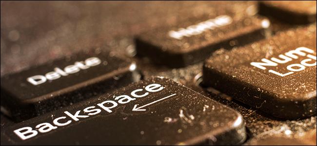 لوحة مفاتيح الكمبيوتر المحمول المتسخة والمليئة بالغبار.