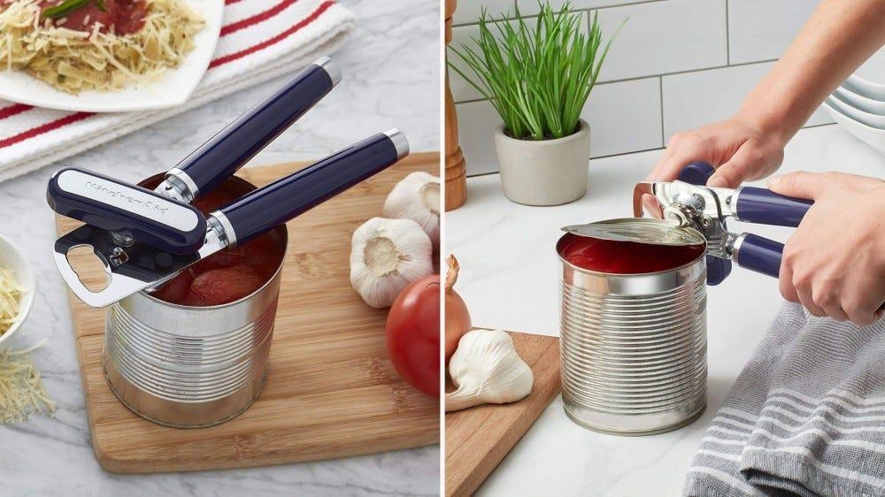 صورتان جنبًا إلى جنب ؛ ضع فتحة علبة KitchenAid مباشرة على علبة الطماطم المفتوحة ، والصورة الصحيحة هي امرأة تفتح العلبة بنفس فتاحة العلب.
