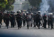 صورة ثلاثة من ضباط الشرطة البورمية الذين تضرروا بشدة من الانقلاب يطلبون اللجوء في الهند