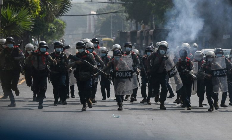ثلاثة من ضباط الشرطة البورمية الذين تضرروا بشدة من الانقلاب يطلبون اللجوء في الهند