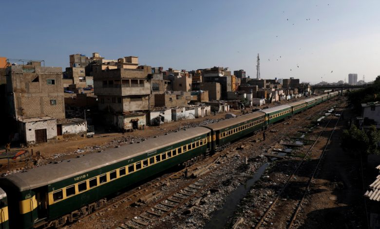 قطار ركاب يخرج عن مساره في جنوب غرب باكستان | أخبار عمران خان