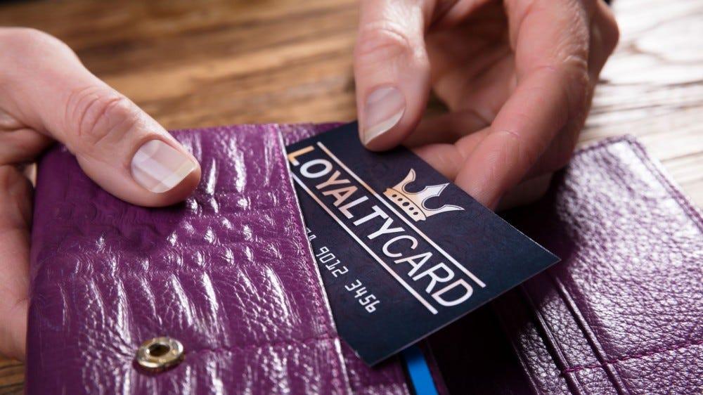 شخص ما أخذ بطاقة العضوية من المحفظة.
