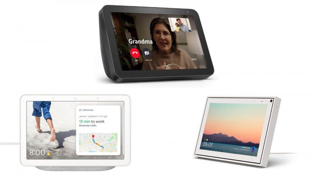 Google Nest Hub و Amazon Echo Show 8 و Facebook Portal على خلفية بيضاء