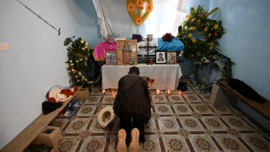 صورة عائلات غواتيمالية تدفن أقاربها الذين قتلوا بالقرب من الحدود الأمريكية المكسيكية | أخبار حقوق الإنسان