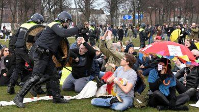 صورة الشرطة تكسر الاحتجاجات المناهضة للإغلاق قبل الانتخابات الهولندية أخبار جائحة فيروس كورونا