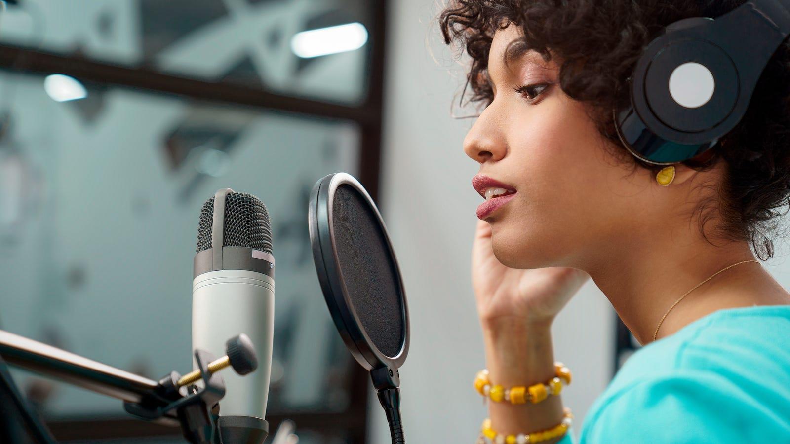 امرأة تتحدث في ميكروفون في الاستوديو