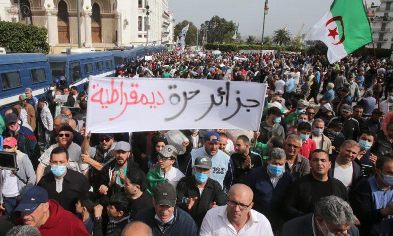 تحقق الشرطة الجزائرية في مزاعم الاعتداء الجنسي على يد محتجين مراهقين