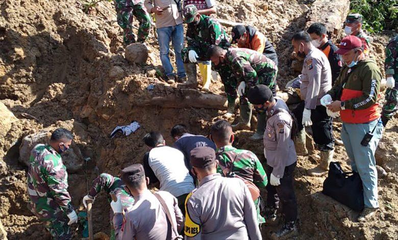 لقي ثلاثة أشخاص على الأقل مصرعهم في انهيار أرضي في سومطرة بإندونيسيا