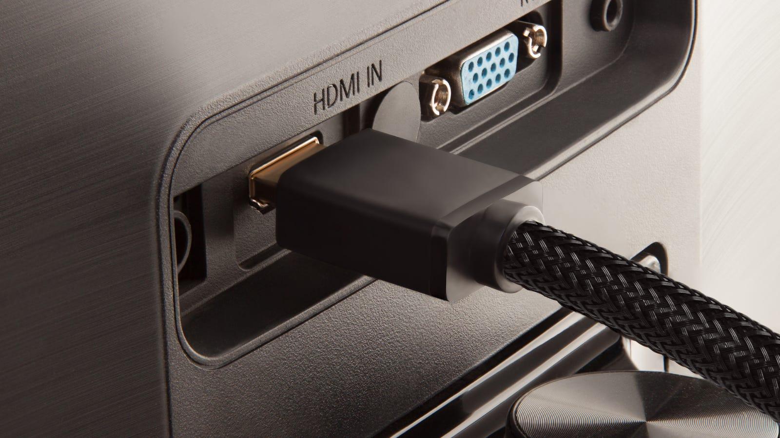 يدخل كابل HDMI في المنفذ الموجود في الجزء الخلفي من الشاشة