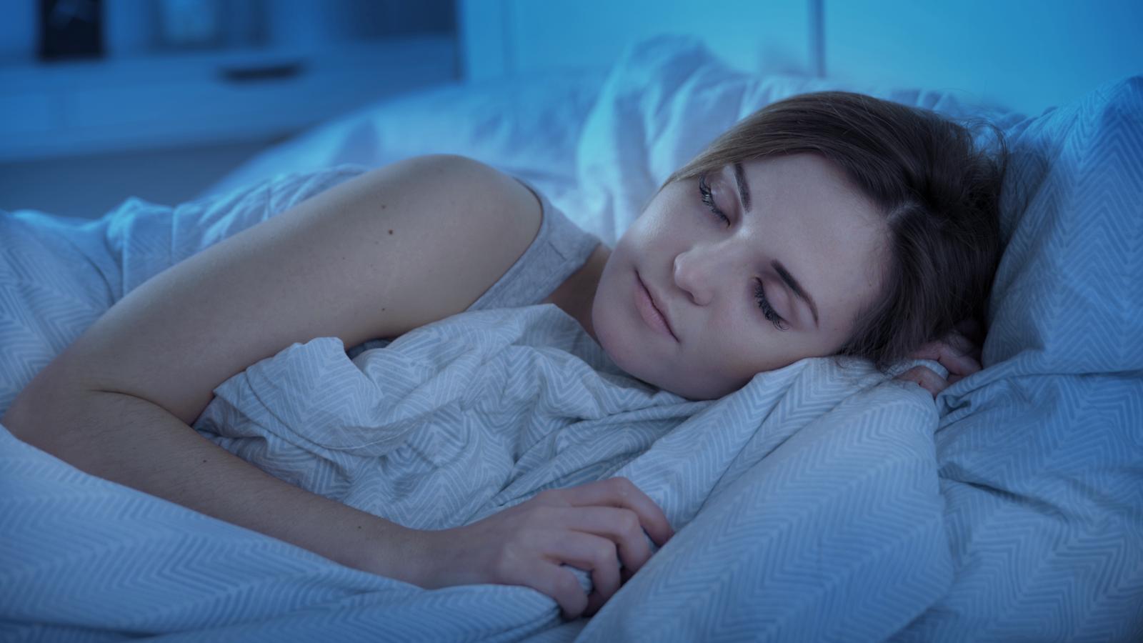 شخص ينام بهدوء في سريره ليلا