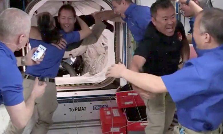 يصل الطاقم إلى المحطة الفضائية في كبسولة SpaceX المستعادة | أخبار الفضاء