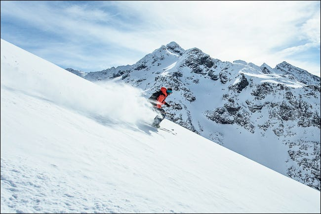 تظهر الصورة المتزلج الرياضي الحاد