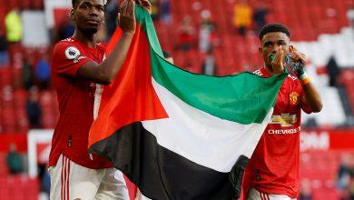 صورة بوجبا وديالو يرفعان العلم الفلسطيني في مباراة مانشستر يونايتد | غزة نيوز