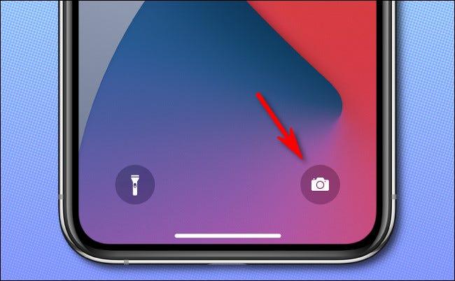 على شاشة قفل iPhone ، اضغط لفترة طويلة على أيقونة الكاميرا لتشغيل تطبيق الكاميرا.