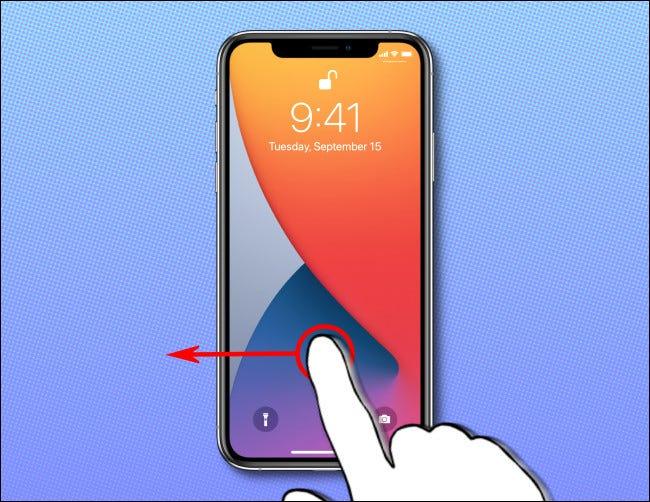 على شاشة iPhone الرئيسية ، اسحب لليسار لتشغيل تطبيق