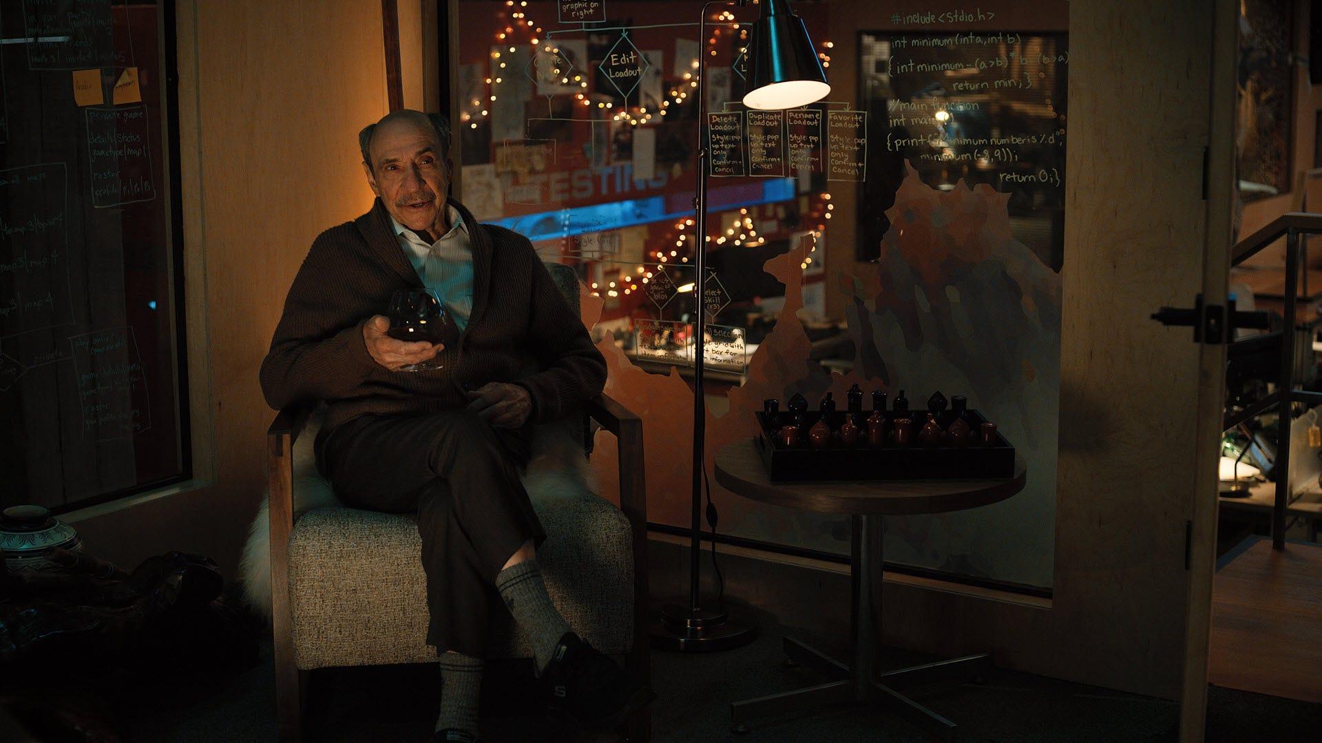 CW Longbottom يشرب الويسكي في المكتب.
