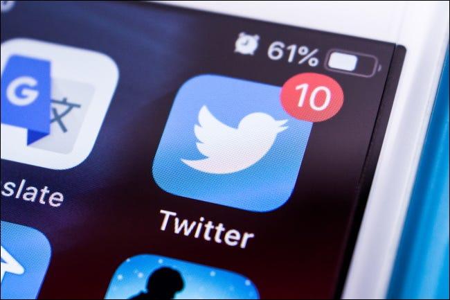 شارة الإشعار الموجودة على أيقونة تطبيق Twitter على شاشة iPhone الرئيسية.