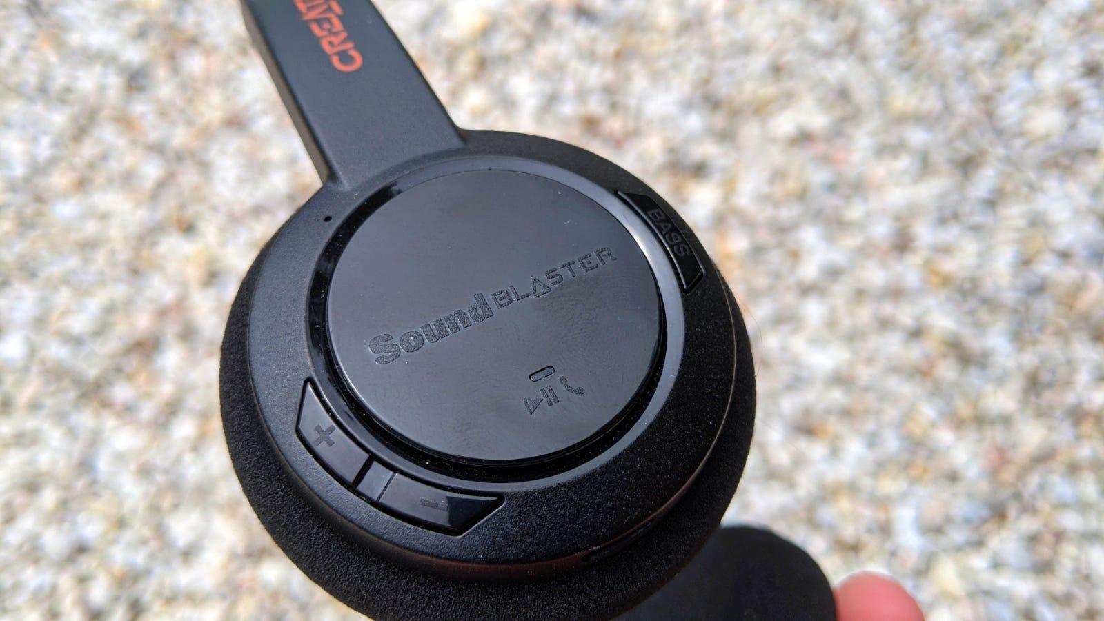 لقطة مقرّبة لوسادة الأذن اليمنى Sound Blaster Jam V2