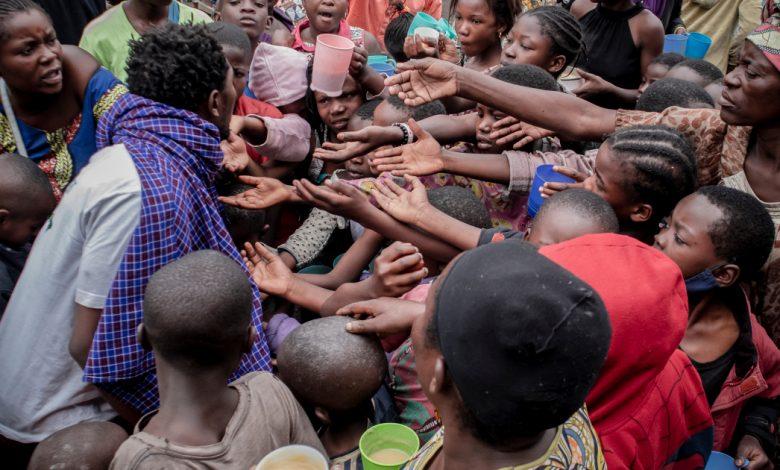 """""""نحن نتضور جوعا"""": العائلات التي تفر من البركان في جمهورية الكونغو الديمقراطية لديها القليل من الطعام   أخبار البركان"""