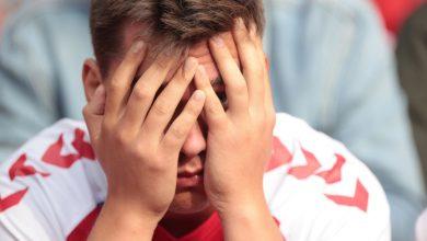 صورة صدم المشجعون من لقطات حية لانهيار إريكسون | Euro2020 News