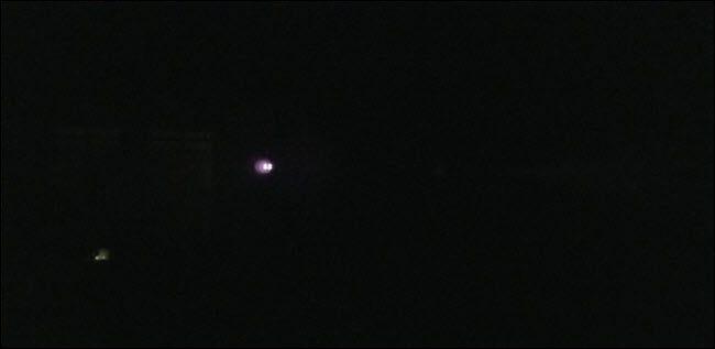 هناك صورة خافتة مع أضواء ساطعة مرئية في المسافة.