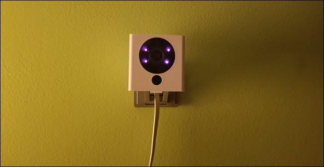 كاميرا Wyze مزودة بشاشة عرض بالأشعة تحت الحمراء.