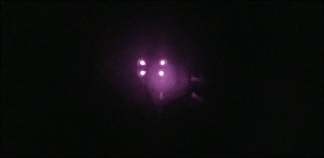 في غرفة مضاءة بشكل خافت ، يكون الضوء الأرجواني الساطع واضحًا جدًا.