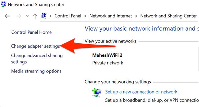 """انقر فوق """"إعدادات محول التغيير"""" في نافذة Network and Sharing Center (مركز الشبكة والمشاركة)."""