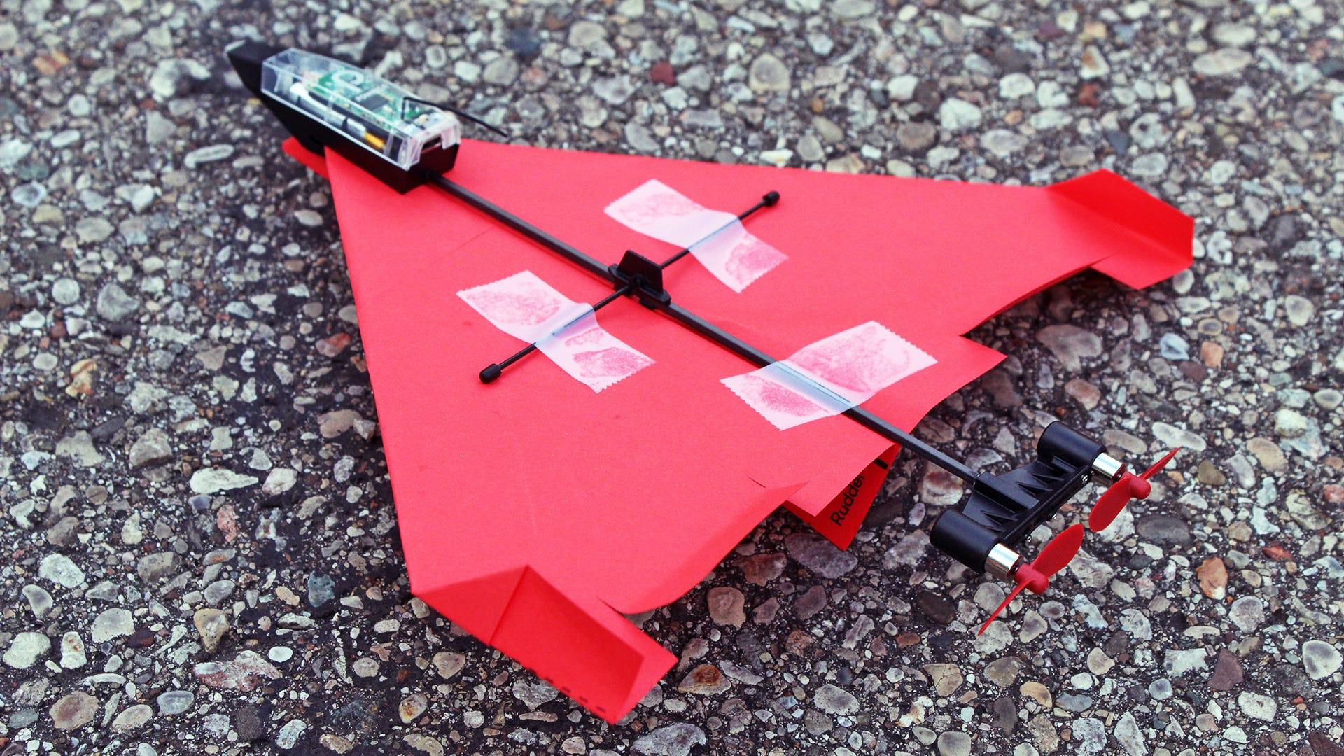 يتم توصيل طائرة ورقية بطائرة بدون طيار مثل طائرة التحكم عن بعد.